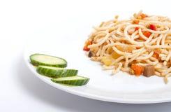 Spagetti avec des légumes de la plaque blanche Photographie stock