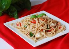 Spagetti avec du mozzarella, les tomates et le basilic Photos stock
