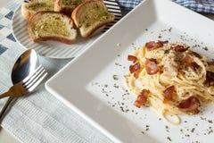 Spagetti Carbonara och vitlökbröd Arkivfoton