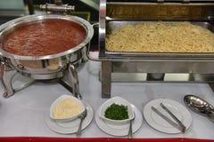 Spagetti eller nudlar med såsservice i restaurang Royaltyfria Foton