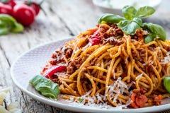 Spagetti fresco e delicioso bolonhês na tabela de madeira imagens de stock