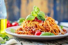 Spagetti fresco y delicioso boloñés en la tabla de madera imagen de archivo libre de regalías