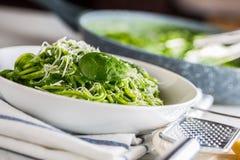 Spagetti Grön spagetti med spenat och parmesan Italienare Royaltyfri Foto
