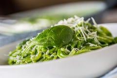 Spagetti Grön spagetti med spenat och parmesan Italienare Arkivbilder