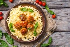 Spagetti i panna med köttbullar Arkivfoton