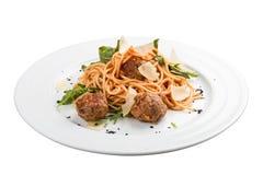 Spagetti i tomatsås med köttbullar royaltyfri bild