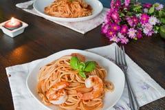 Spagetti i tomatsås Romantiskt matställebegrepp royaltyfria bilder