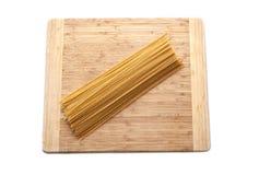 Spagetti isolerade på träyttersida arkivfoton