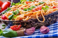 Spagetti Italiensk och medelhavs- kokkonst Spagetti bolognese med den körsbärsröda tomaten och basilika Arkivbilder