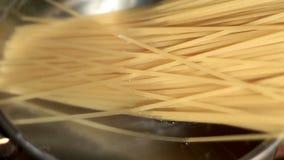 Spagetti kokas i rimmat vatten Brygdpasta Kockmat Förberedelsemat arkivfilmer