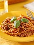 Spagetti med basilikagarnering i meatsås Royaltyfri Foto