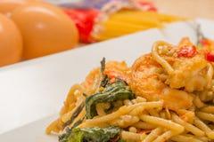 Spagetti med den kryddiga räkan och skaldjur Royaltyfri Foto