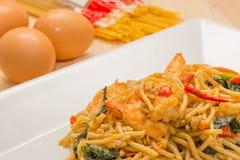 Spagetti med den kryddiga räkan och skaldjur Arkivbilder
