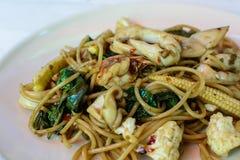 Spagetti med den kryddiga räkan Arkivbild