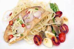 Spagetti med den stekt fisken, vitlök och chili i thai kokkonst, på Royaltyfri Foto