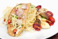 Spagetti med den stekt fisken, vitlök och chili i thai kokkonst, sid Royaltyfri Bild