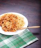 Spagetti med förvanskade köttbullar, snabbmat Royaltyfri Fotografi