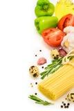 Spagetti med grönsaker på vit bakgrund Arkivbild