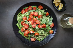 Spagetti med grillad tomater och sparrisPesto Royaltyfri Foto