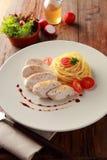 Spagetti med höna och tomaten royaltyfri foto