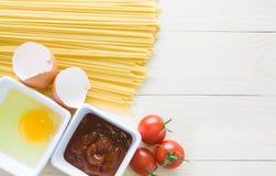 Spagetti med ingredienser för att laga mat Royaltyfri Fotografi