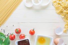 Spagetti med ingredienser för att laga mat på trä Royaltyfria Bilder