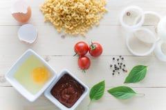 Spagetti med ingredienser för att laga mat på wood bakgrund Arkivfoton