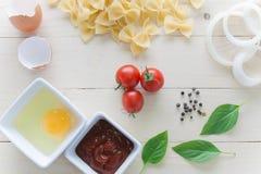 Spagetti med ingredienser för att laga mat på wood bakgrund Arkivbilder