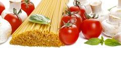 Spagetti med körsbärsröda tomater, champignons, basilika och vitlök traditionell matitalienare Royaltyfria Bilder