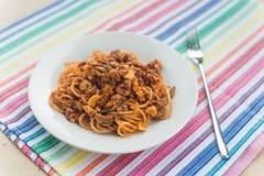 Spagetti med kött i den vita plattan Royaltyfria Foton