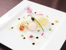 Spagetti med kaviaren på den vita plattan i asiatisk restaurang royaltyfri fotografi