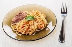 Spagetti med ketchup, kalops, koriander i plattan, gaffel arkivbilder