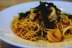 Spagetti med kryddig blandad skaldjur arkivfoto