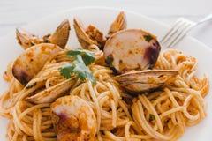 Spagetti med musslor och tomatsås, spagetti Vongole fotografering för bildbyråer