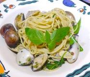 Spagetti med musslor och vitlök Royaltyfria Bilder