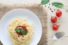 spagetti med nya örter för tomatbasilikaitalienare Royaltyfri Foto