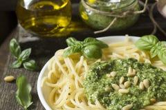 Spagetti med Pesto s?s fotografering för bildbyråer
