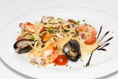 Spagetti med skaldjur och tomaten Royaltyfri Fotografi