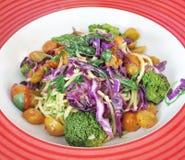 Spagetti med skivade grönsaker Royaltyfri Bild