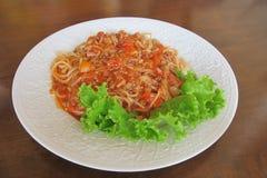 Spagetti med thailändsk tomatsås Royaltyfria Bilder