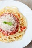 Spagetti med tomatoesås och parmesan Arkivbilder