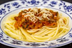 Spagetti med tomatsås på överkanten arkivbild