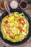 Spagetti med zucchinin och tomater Royaltyfria Bilder