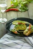 Spagetti- och gräsplancurrysås Arkivfoto