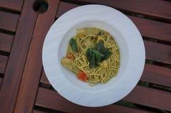 Spagetti- och gräsplancurrysås Arkivbild