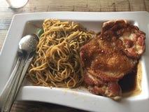 Spagetti och höna Arkivfoto