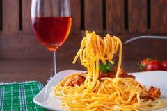 Spagetti- och italienarepasta med vin royaltyfria bilder