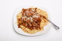 Spagetti och köttbullar på den fyrkantiga vita plattan Royaltyfria Foton