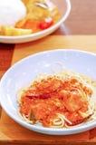 Spagetti och korvar med sås royaltyfria bilder
