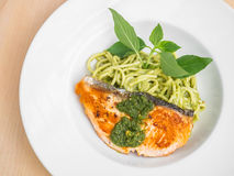 Spagetti och lax i pestosås Royaltyfri Fotografi